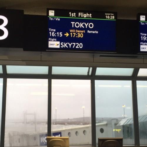 飛行機が2時間近く遅れるなんてー!ww
