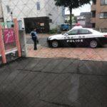 お店の前にパトカーが停まった!悪いことしてませんよー!