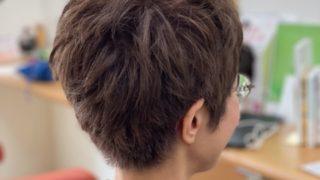 パーマで柔らかさを出したショートヘア