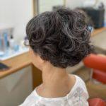 癖毛にパーマをかけて癖毛を誤魔化す。